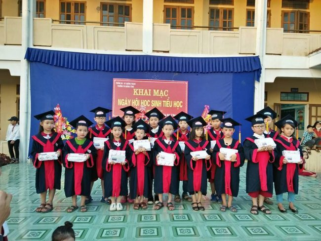 Học sinh nhận phần thưởng chiến thắng rung chuông vàng